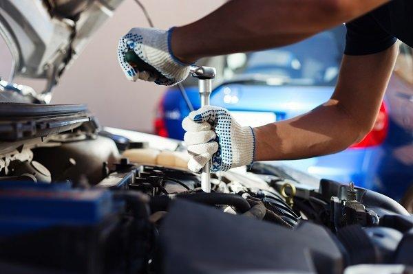meccanico sistemando la macchina