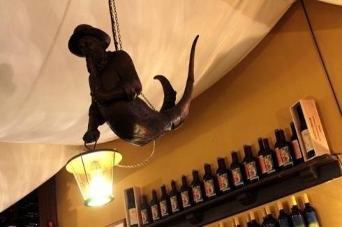 statua marinaio che tiene in mano una lampada