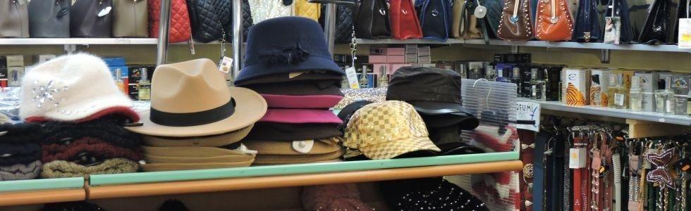 assortimento di cappelli su uno scaffale