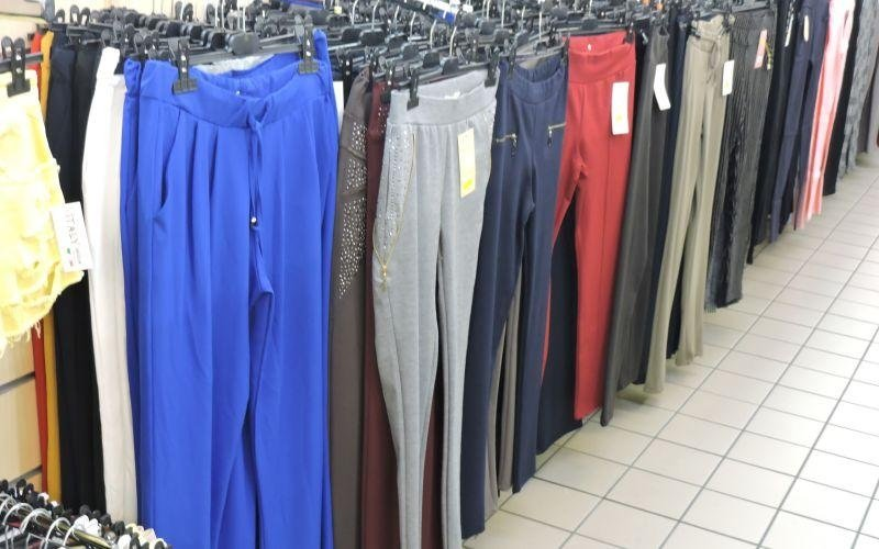 pantaloni colorati appesi nel appendiabiti
