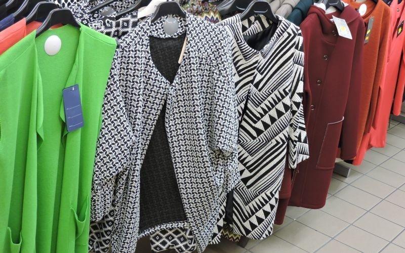 giacche lunghe da donna appese a delle grucce