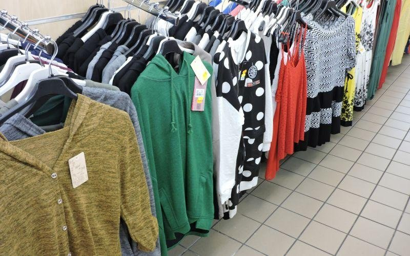 maglie donna appese a delle grucce