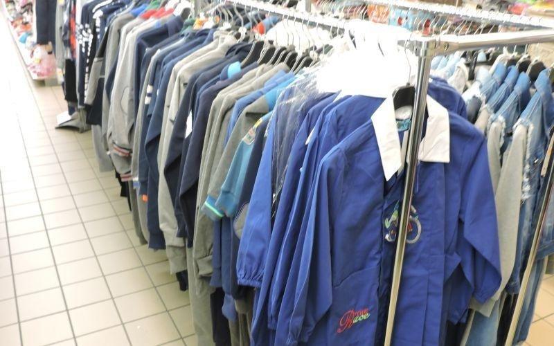 appendiabiti con felpe e camicie da uomo