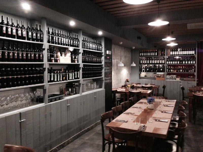 sala del ristorante con vino