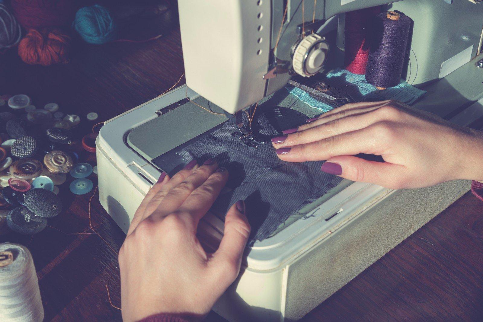 Preparando un pezzo nella macchina per cucire