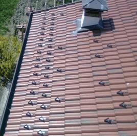 una tettoia di una casa coperta con delle piastrelle