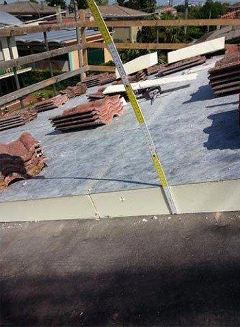 un metro di legno e un tetto con dei mattoni