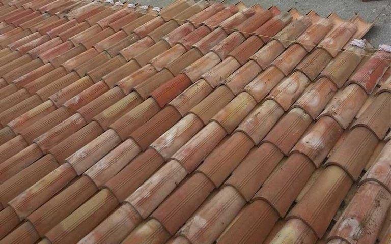 un tetto ricoperto con delle tegole