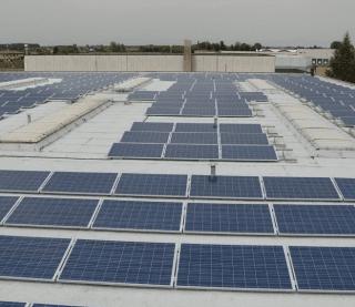 una tettoia con dei pannelli solari