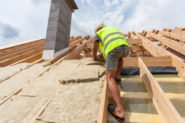 operaio che lavora sul tetto