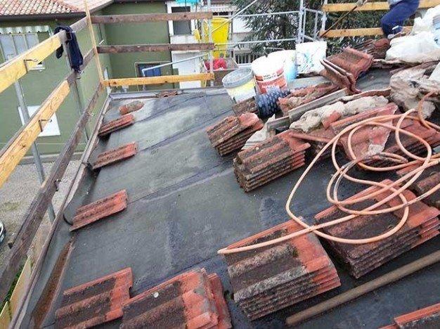 un tetto con dei mattoni