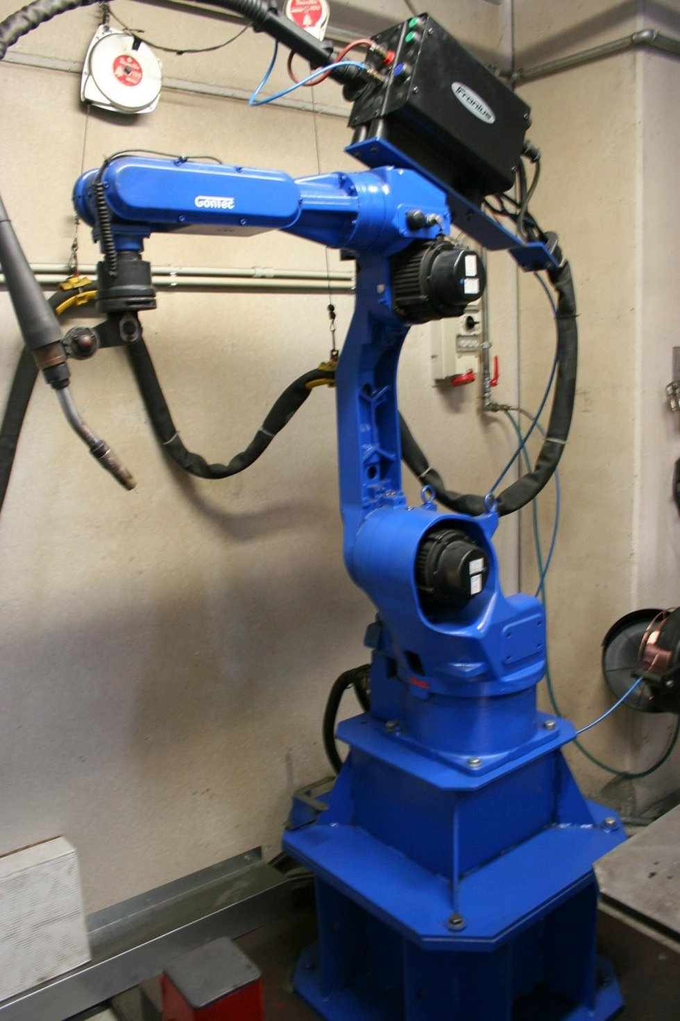 MOTOMAN welding robot for welding large production lots