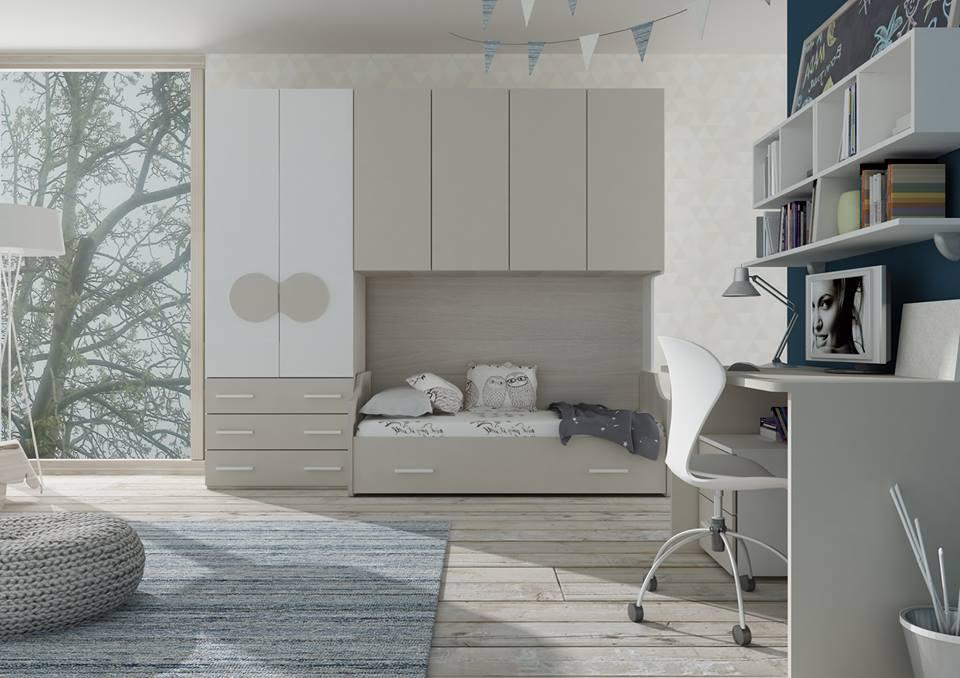 una camera con un letto singolo, degli armadi e una scrivania