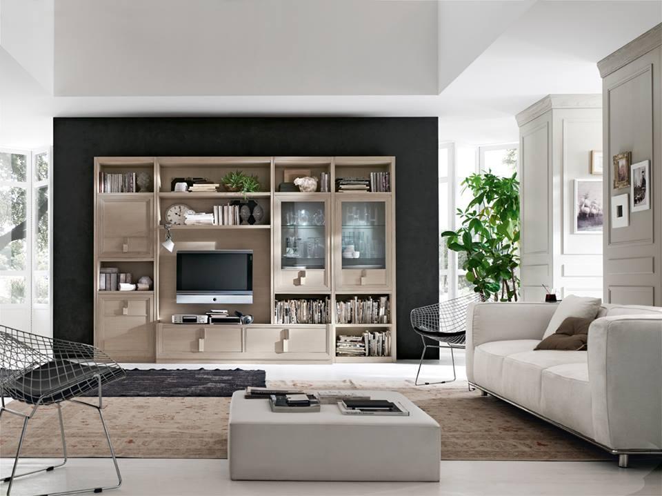 una sala con un mobile in legno, un divano e un tavolino