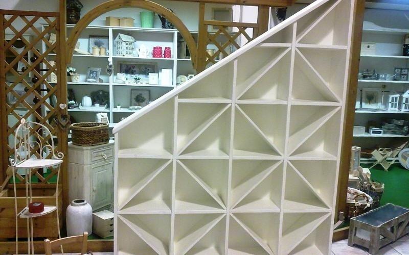 Espositore in legno bianco