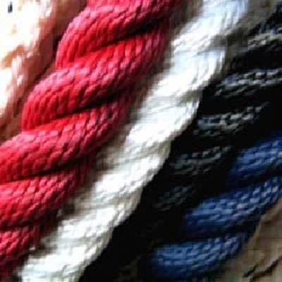 delle corde rosse,bianche nere e blu