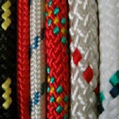 delle corde viste da vicino di color rosso,bianco nero e con disegni