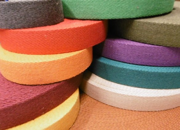 delle cinghie di nylon di diversi colori arrotolate