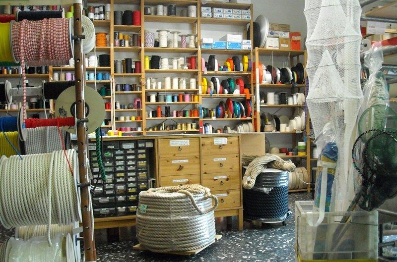scaffali del negozio e rulli di corde