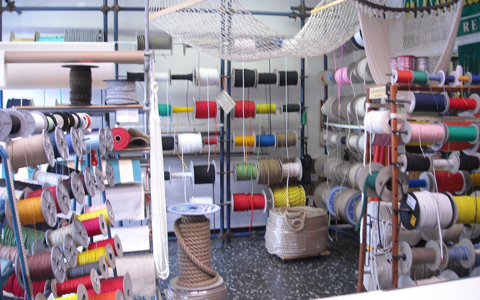 negozio con cotoni e corde