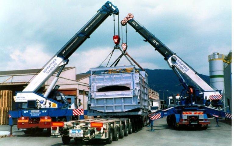 delle autogru e un camion