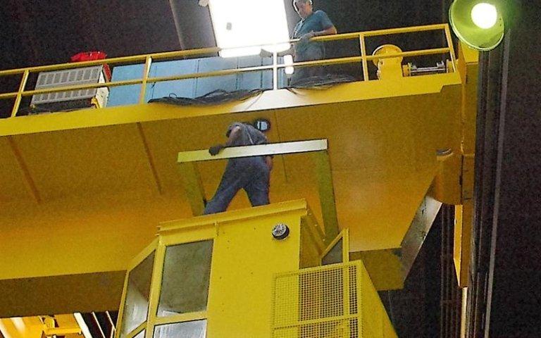 delle persone che lavorano su una postazione elevata gialla