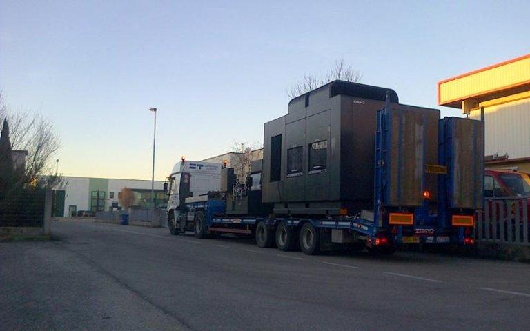 un camion in strada con un grosso carico sul rimorchio