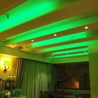 gioco di luce verde sul soffitto