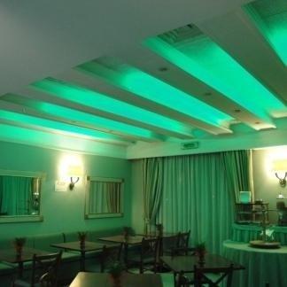 vista interna di un ristorante con luce led sul soffitto
