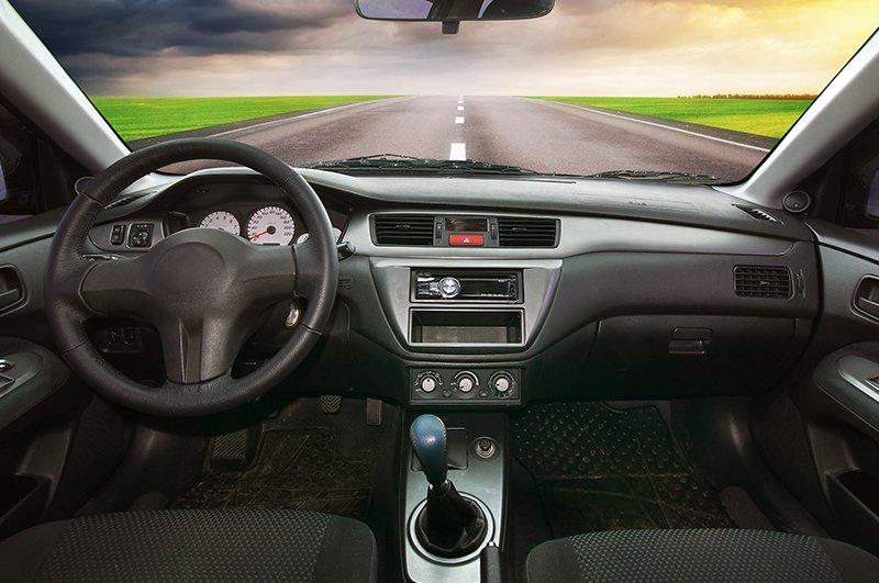 interno di un'auto sulla strada
