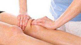 Mani che massaggiano un ginocchio