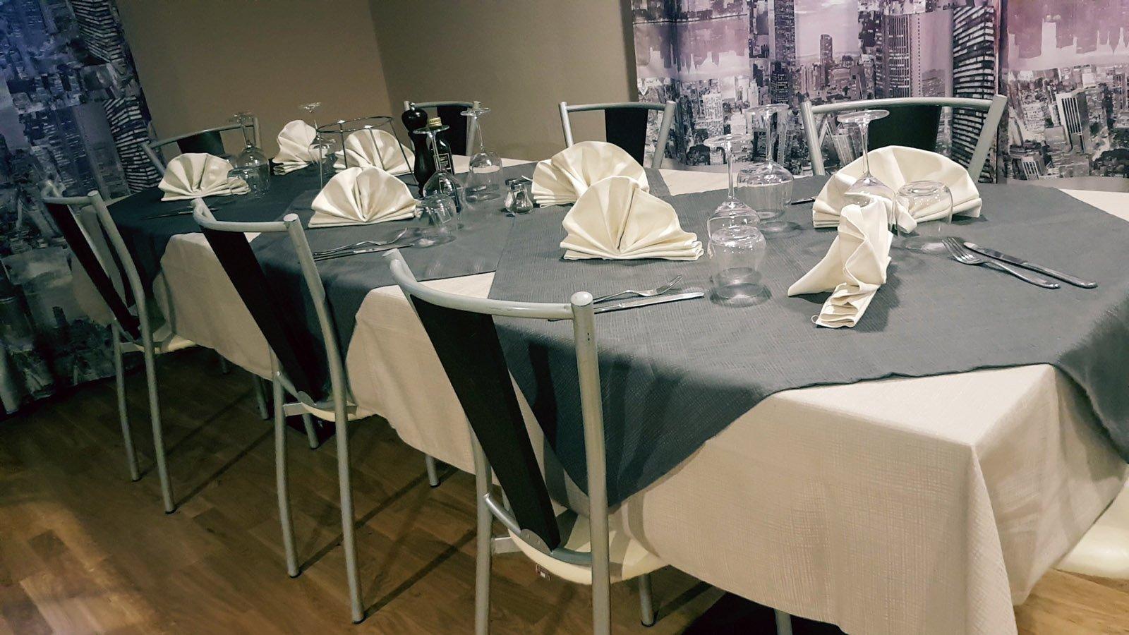 un tavolo apparecchiato per due con un menù