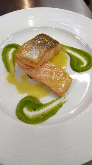 due pezzi di filetto di pesce con della salsa verde