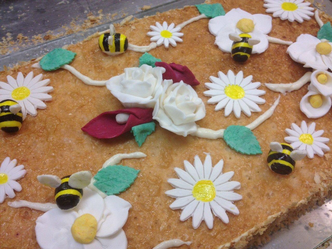 torta con decorazioni in fondant