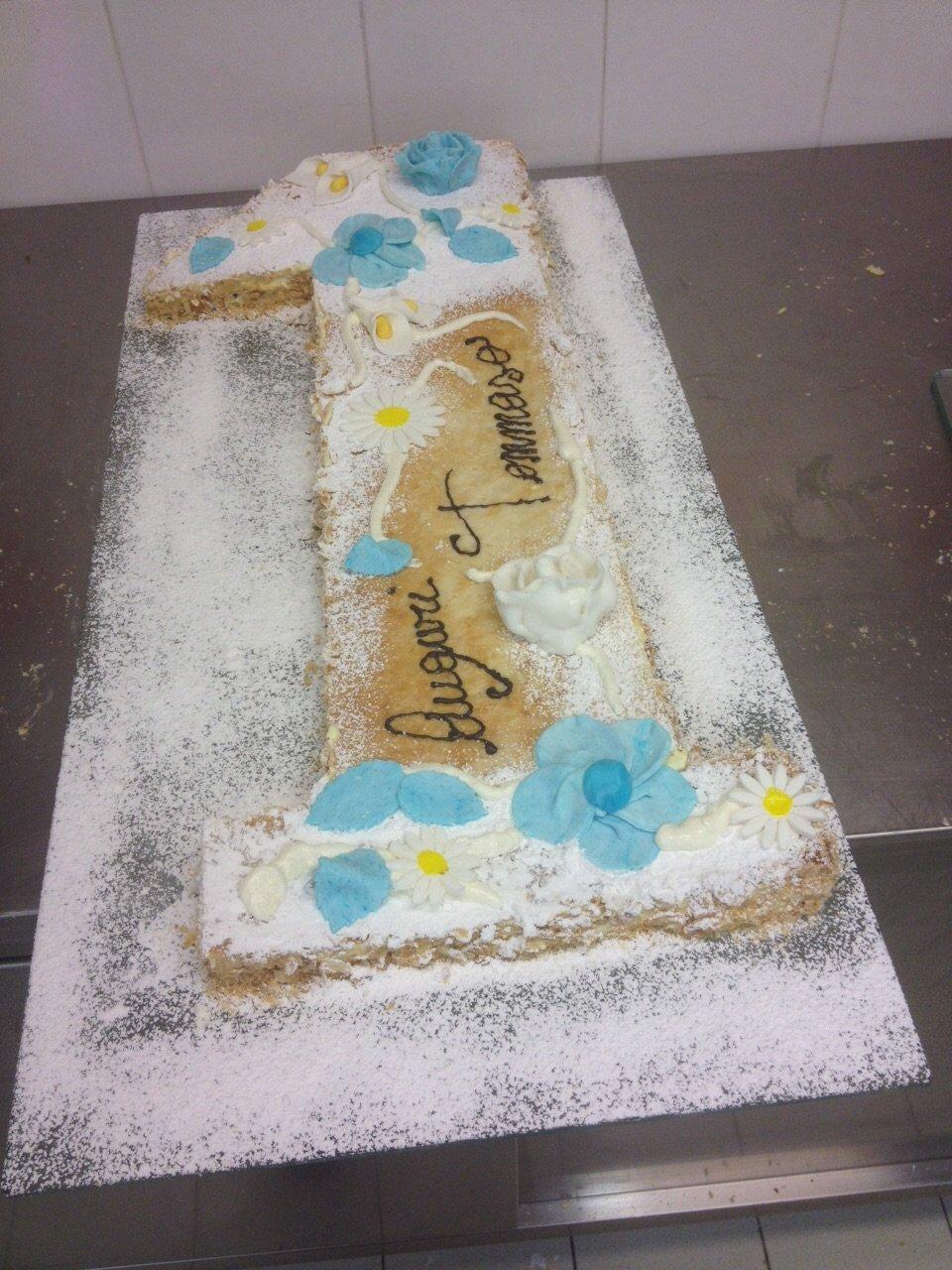 torta bianca e azzurra