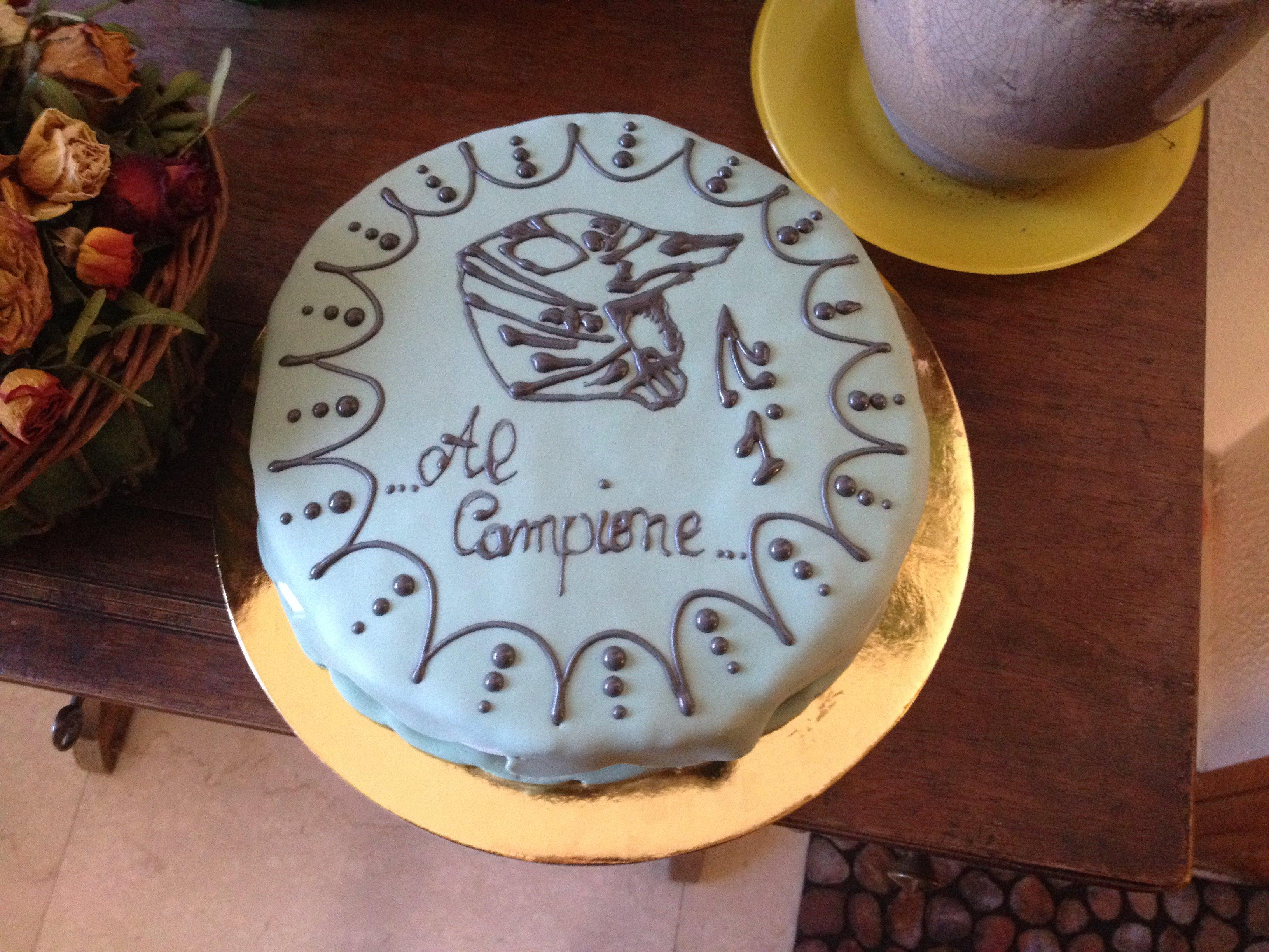 torta azzurra con casco decorato