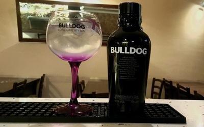 bottiglia di liquore a marchio BULLDOG e bicchiere