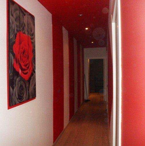 pareti di un corridoio rosse