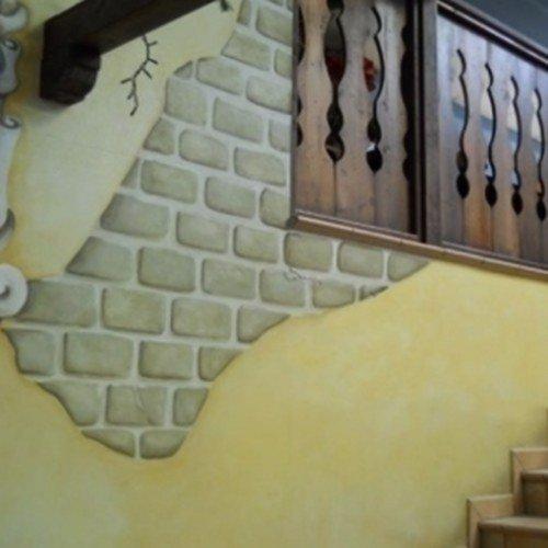 parete con mattoni a vista e muro giallo