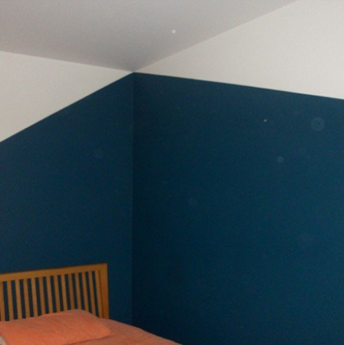 parete bianca e blu