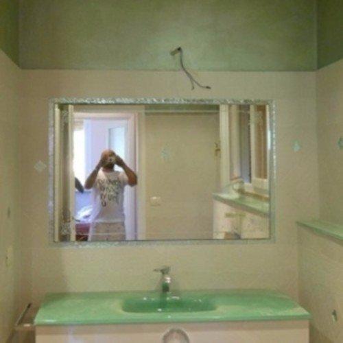 finitura bagno con parete bianca e particolari verdi