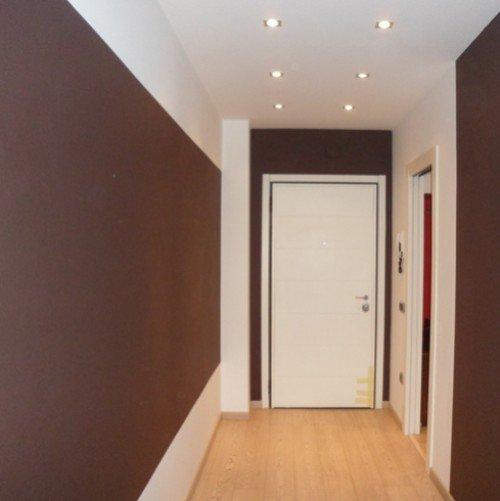 corridoio con pareti bianche e marroni