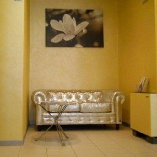 divano color oro in stanza gialla