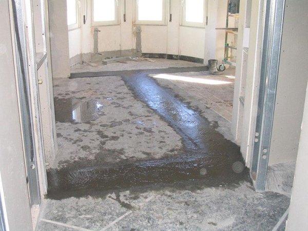 stanza con lavori alla pavimentazione