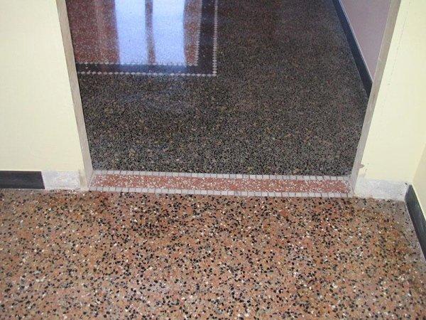 solaio di una porta con pavimento alla veneziana