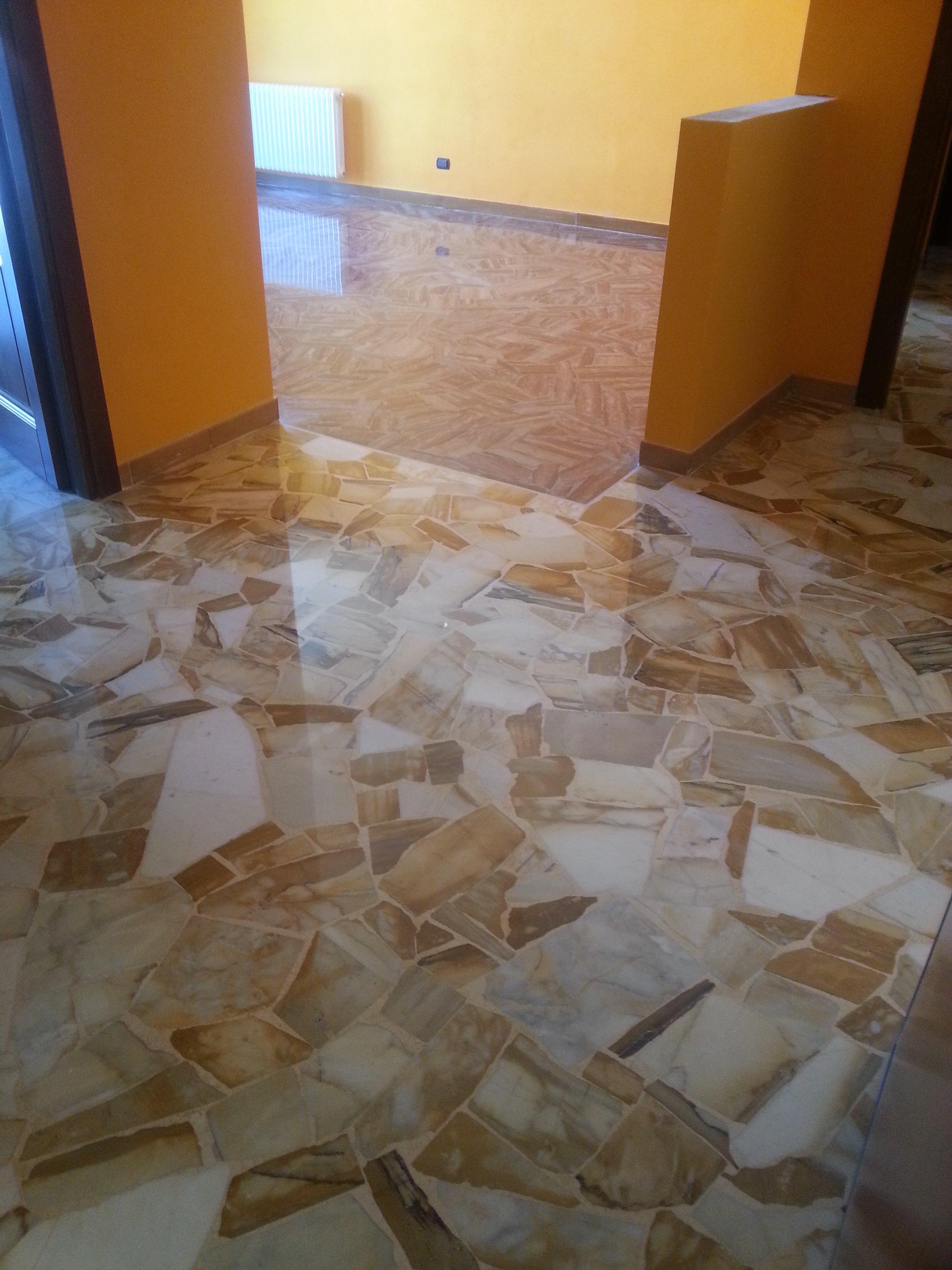 stanza con pareti gialle e pavimento alla palladiana
