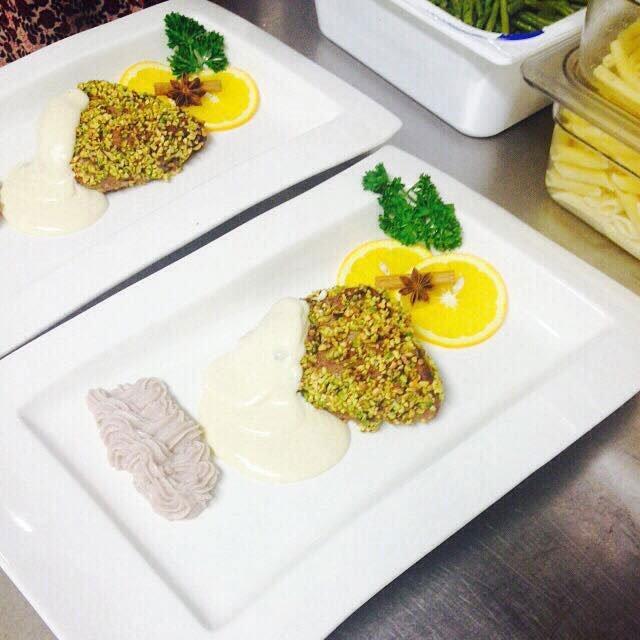 Piatto di Filetto gratinato con pistacchi , limone , prezzemolo, crema.