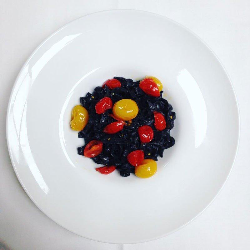 Tagliatelle al nero di seppia con pomodorini gialli e rossi