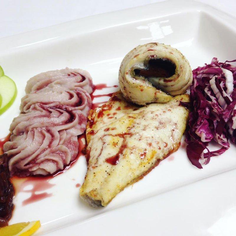 Piatto con Filetto di pesce, contorno di insalata rossa e crema decorata con la sac à poche