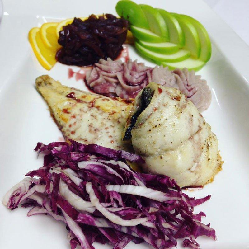 Piatto con Filetto di pesce, contorno di insalata rossa,limone,mela verde e crema